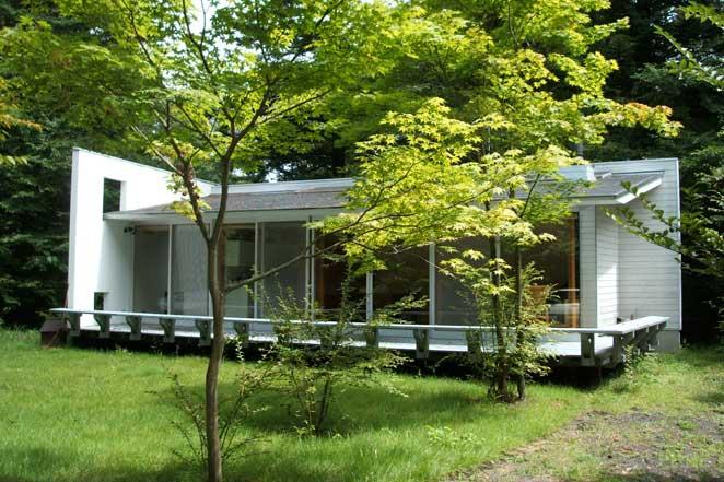 森と白い家。 お名前は明かせませんが某有名建築家による設計の建物です。 600坪もあ... 別荘